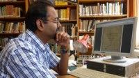 Er ist Dozent für moderne Südasienkunde und Hindi an der Universität in Tübingen.