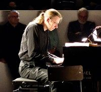 begleitete Klaus Maria Brandauer bei einer Lesung am Klavier. Foto: R. Arnold/Centraltheater