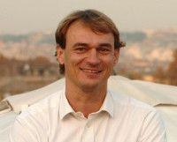 lebt seit 1987 als Vatikankorrespondent in Rom.