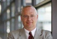 ist Professor für Sozialwissenschaften in Koblenz.