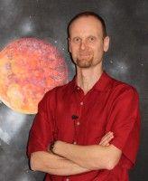 ist Kosmologe, Physiker und Mathematiker.