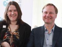 Krones arbeitet als Lektorin, Autorin und Wissenschaftlerin, Hintze in der IT-Branche.