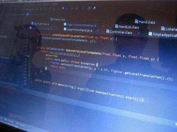 Das Programmieren von Software und IT-Dienstleistungen ist für den deutschen IT-Mittelstand der Schwerpunkt. Foto: Programmers Reflection on Screen Showing Code CC BY 2.0 | Iwan Gabovitch | Flickr.com