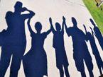 Viele Mittelständler wollen das mühsam aufgebaute Unternehmen eines Tages an die nächste Generation weitergeben. Nicht immer gelingt das ohne Probleme. Foto: Family silhouette shadows 2 CC BY 2.0 | Carissa Rogers / flickr.com
