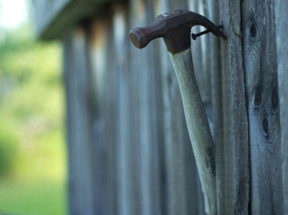 Auch selbstständige Solo-Handwerker müssen die Ausbildungsumlage zahlen. Ein Grund, den Hammer an den Nagel zu hängen? Foto: CC BY 2.0 | Jerry Swiatek / flickr.com
