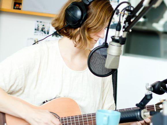 Laura Gibson spielt live im Studio. Foto: detektor.fm