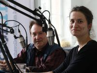 Anja Datan (rechts) im Studio mit Moderator Joachim Dresdner. Foto: detektor.fm | Kati Zubek