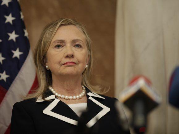 Hillary Clintons Parteitag beginnt mit einem Rücktritt.