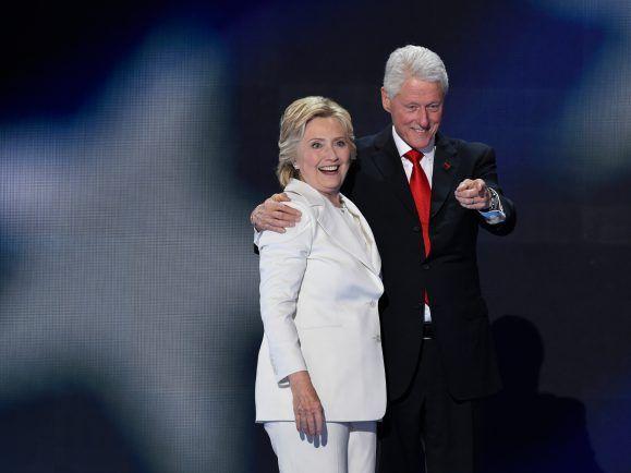 Haben ihre Steuererklärung veröffentlicht und 2015 über zehn Millionen. verdient: die Clintons.