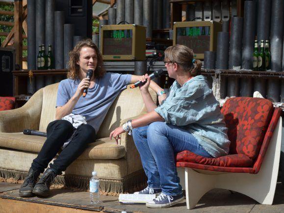 Stu Mackenzie von King Gizzard & The Lizard Wizard auf der Interviewbühne beim Dockville Festival. Foto: detektor.fm