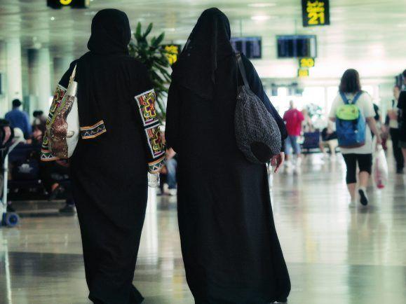 Unionspolitiker fordern ein Burka-Verbot in öffentlichen Ämtern.