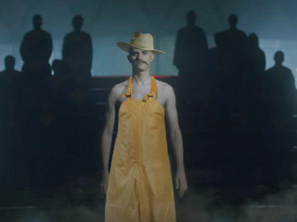 """Der Rapper Watsky benutzt in seinem Musikvideo zu """"Brave New World"""" moderne Technik."""