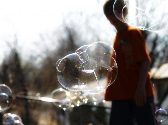 Sicherheit, Geborgenheit und Verlässlichkeit sind Faktoren für eine glückliche Kindheit.