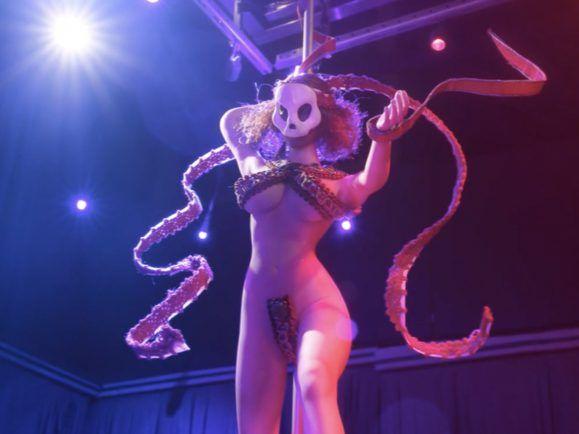"""Diese besessene Tänzerin bringt ein Puppentheater um den Verstand – im Musikvideo zu """"L'aurore"""" von Yeti Lane."""