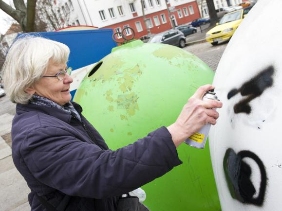 Sprayen gegen rechten Hass: Irmela Mensah-Schramm in Ostberlin.