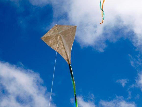 Einen selbstgebauten Drachen im Herbst steigen zu lassen, ist nicht nur ein netter Zeitvertreib für Kinder.