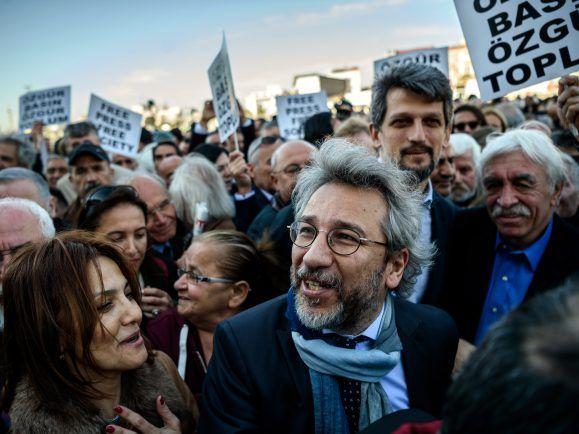 Can Dündar - der jetzt Özgürüz von Berlin aus startet - vor seiner Gerichtsverhandlung am 1. April 2016 in Istanbul. Foto: Ozan Kose / AFP