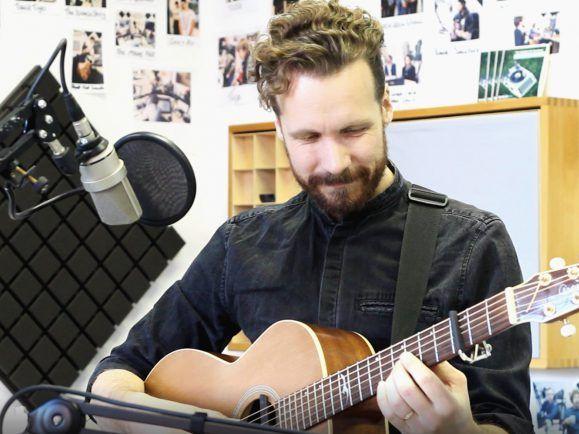 Hat früher Bach auf der Gitarre gespielt, jetzt macht er Indiefolk – Meadows. Foto: detektor.fm