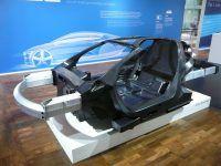 Die Automobilindustrie verlangt immer leichtere Baustoffe. Dabei sollen sie stabil und formbar sein. Konkurrenten für den Stahl sind hier vor allem Kohlenfaserverstärkte Kunststoffe (CFKs). Foto: Karosserie eines Prototyps für ein 1Liter-Auto von VW. Von Rainerhaufe / Wikimedia