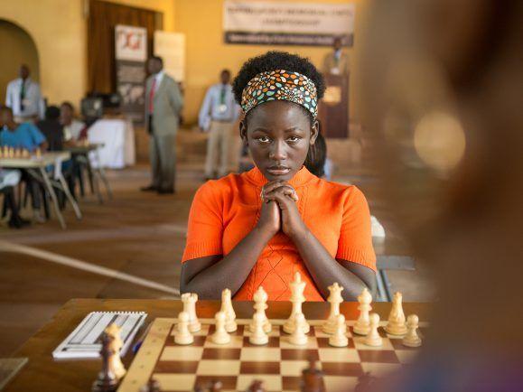 Phiona Mutesi am Schachbrett. Queen of Katwe läuft ab heute im Kino.