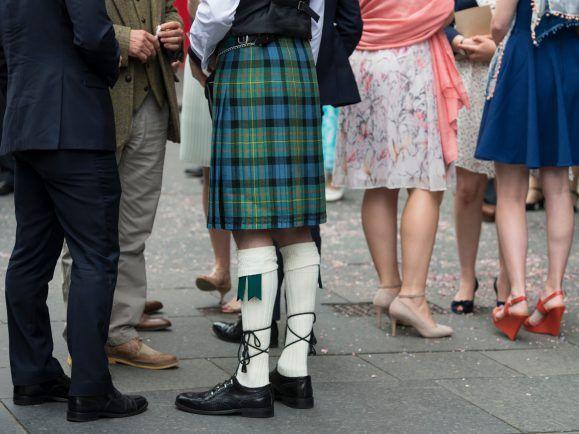 Traditionell und modern gekleidete Schotten.