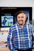 Metin Sitti erforscht mit seiner Abteilung die Einsatzmöglichkeiten von physischer Intelligenz für die Konstruktion von Nanobots. Foto von Tom Pingler für MPI IS