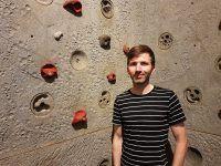 Boulderschuhe gehören zum Boulder-Equipment. Christian Vettermann berät Kunden bei der Schuhsuche.
