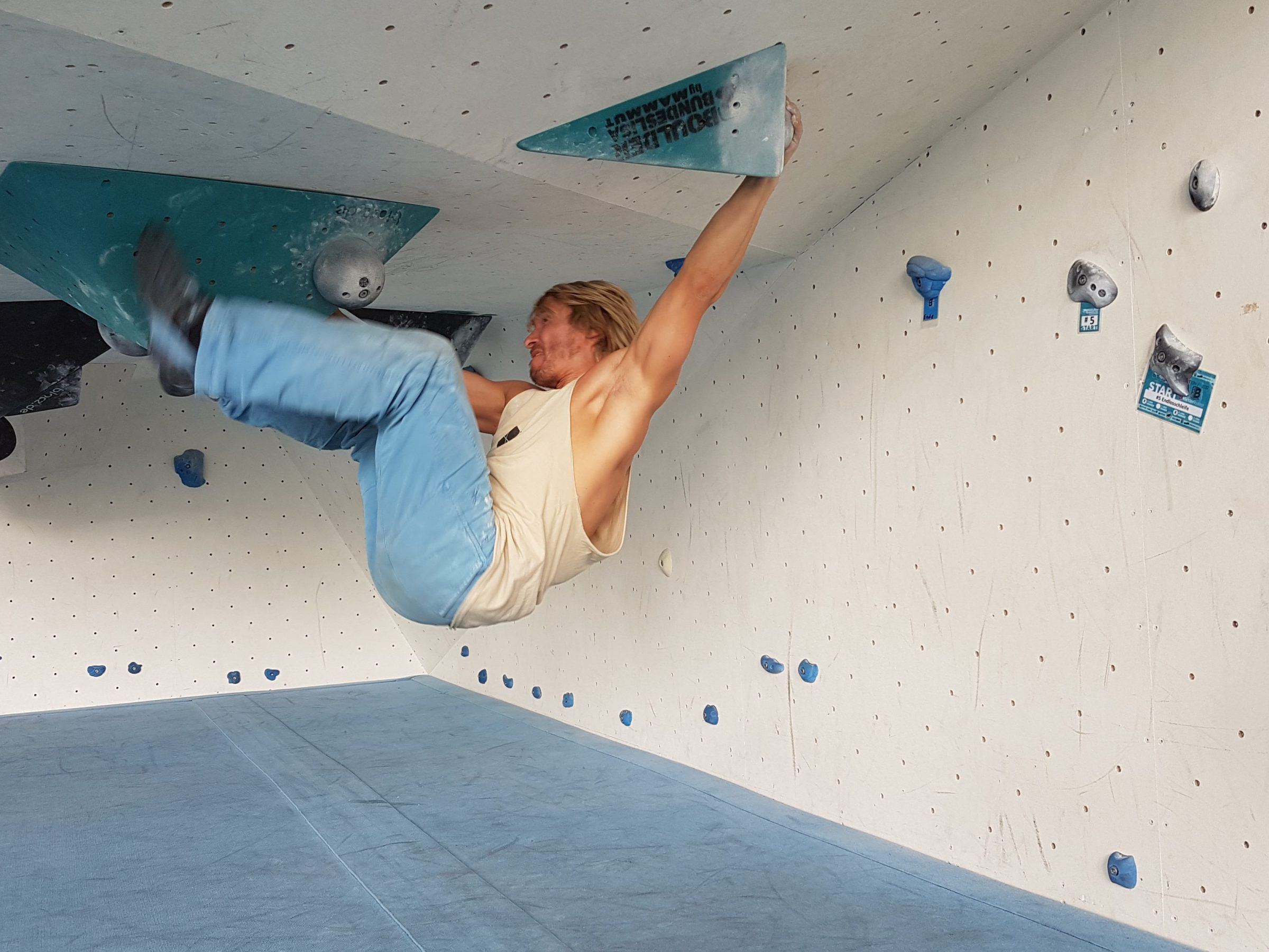Boulderer klettert Route der Boulder-Bundesliga in Jena