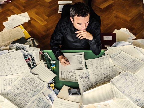 In den Partituren des Komponisten und Musikers Jörg Widmann stehen nicht nur musikalische Anweisungen. Foto: Marco Borggreve