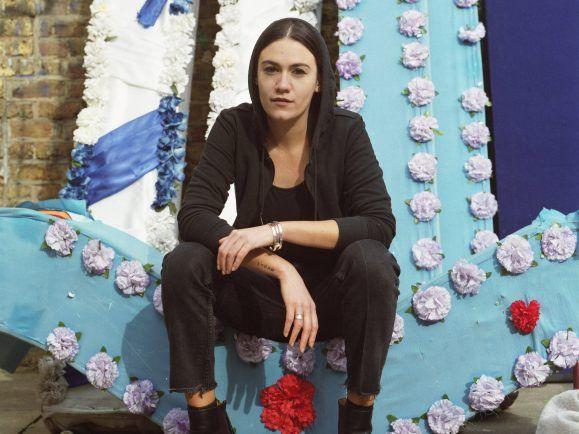 Scheut sich nicht vor schwierigen Themen: Nadine Shah. Foto: Anna Victoria Best