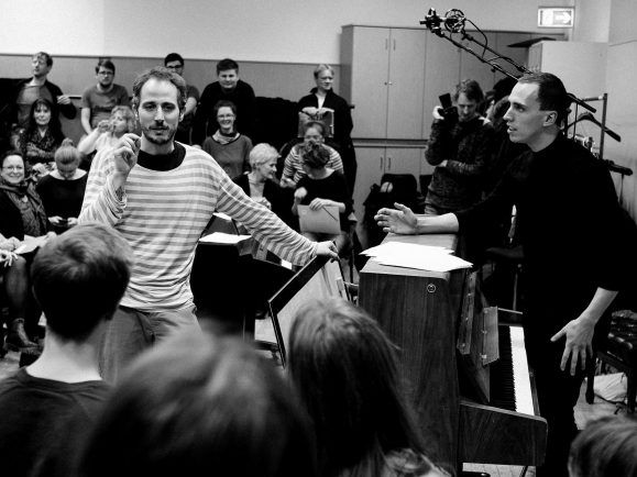 Chorleiter Gregor Meyer und Pianist Martin Kohlstedt bei der Probe. Foto:  twoplaytoplay.de
