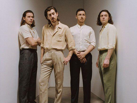 Gedeckte Farben, loungiger Sound - die Arctic Monkeys 2018. Foto: Promo