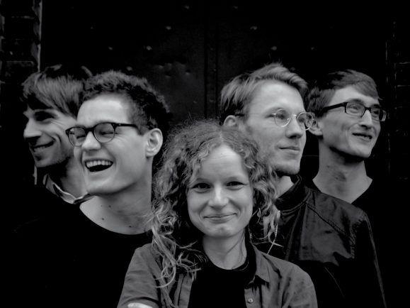 Ihre EP entstand in Plattenbauten,  Wohnzimmern und im Altersheim – DINA. Foto: Promo
