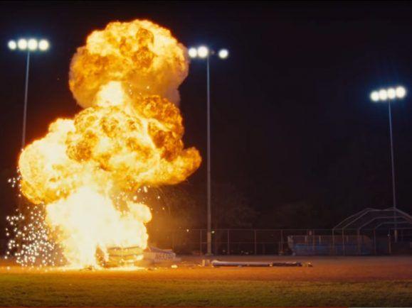 Brent Faiyaz' gang over luv lässt ein Flugzeug explodieren.