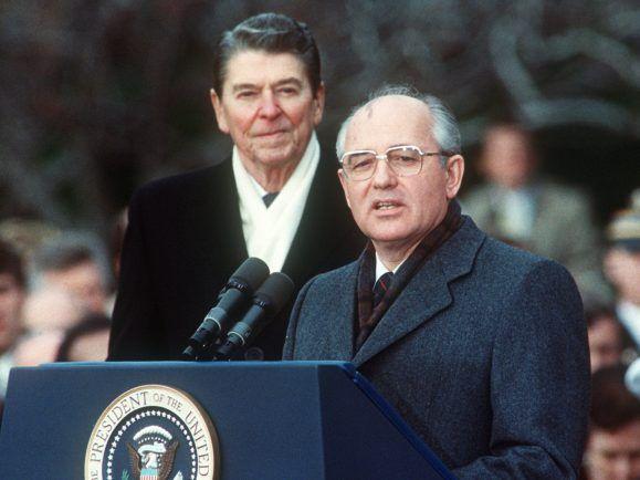 Der Anfang vom Ende des Kalten Krieges: Die Unterzeichnung des INF-Vertrags durch US-Präsident Ronald Reagan und den sowjetischen Generalsekretär Michail Gorbatschow. Foto: Jerome Delay | AFP