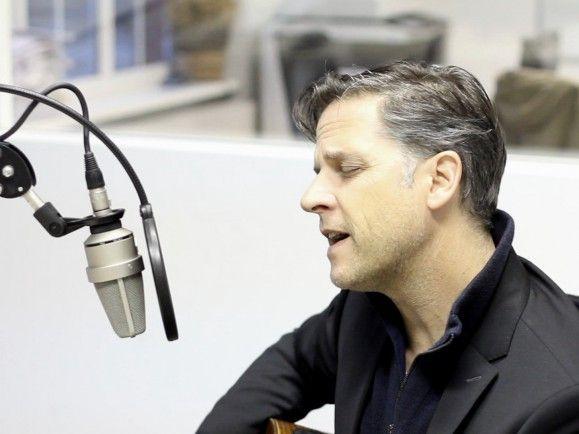 """Besinnlicher geht es kaum: Joey Burns von Calexico spielt für uns """"When The Angels Played"""". Foto: detektor.fm"""