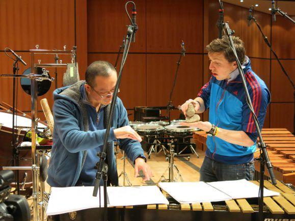 Steine als Percussion-Instrument – Komponist Tan Dun und Schlagzeuger Martin Grubinger bei der Arbeit. Foto: tandun.com