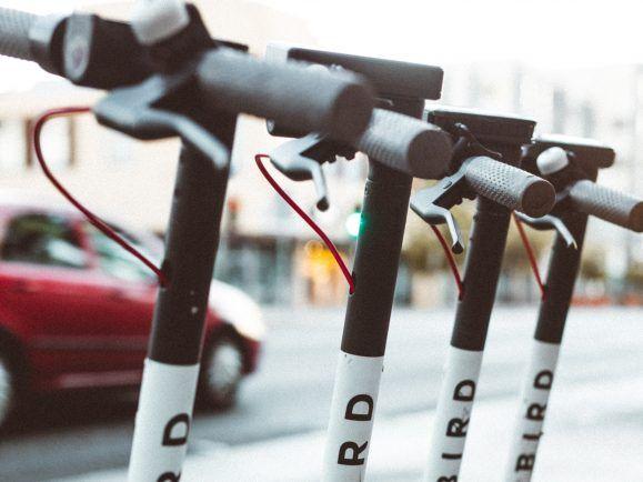 """Elektroroller der Marke """"Bird"""" in Paris."""