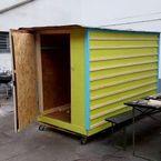 In jeder Box gibt es eine Matratze, einen kleinen Tisch und eine Ablage – das Nötigste für Obdachlose.