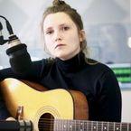 Stella Sommer von Die Heiterkeit zu Gast im detektor.fm Studio. Bild: detektor.fm/ Kati Zubek