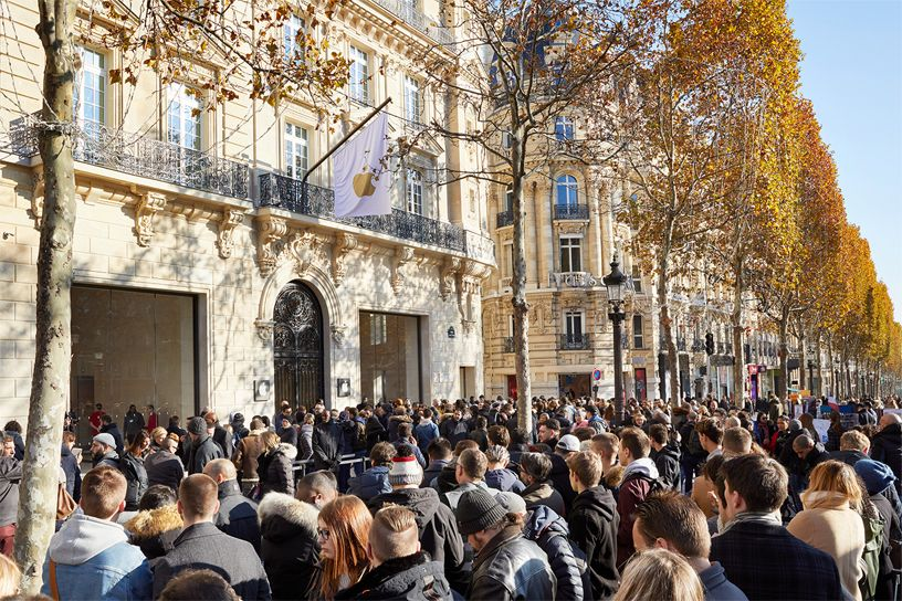 Crowds of customers outside of Apple Champs-Élysées.