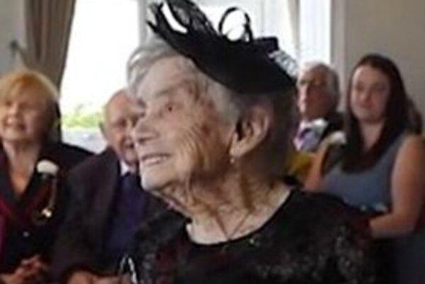 100-летняя женщина вышла замуж за «молодого» мужчину