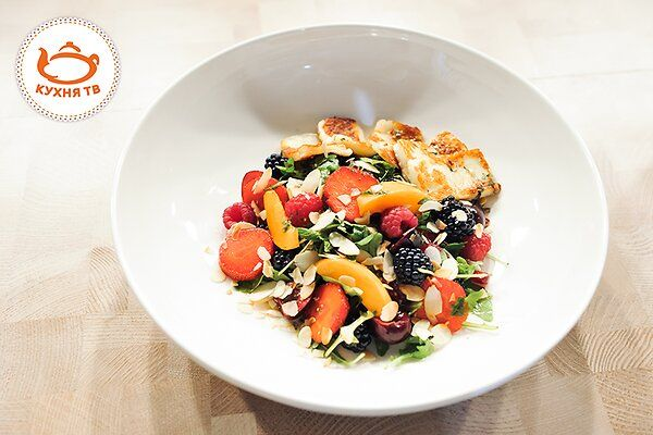 Салат из сыра халлуми и ягод