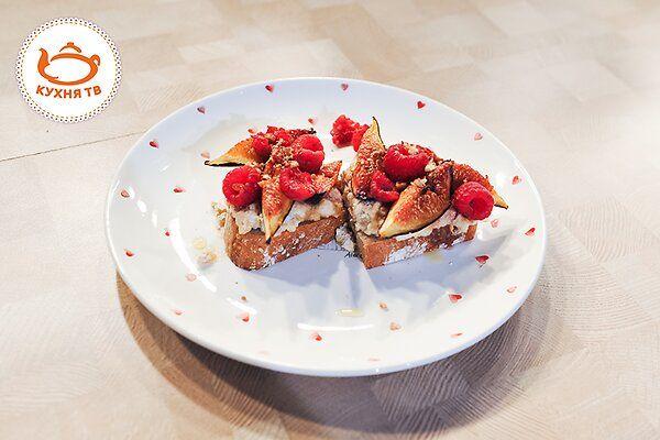 Тост с рикоттой, инжиром и свежей малиной