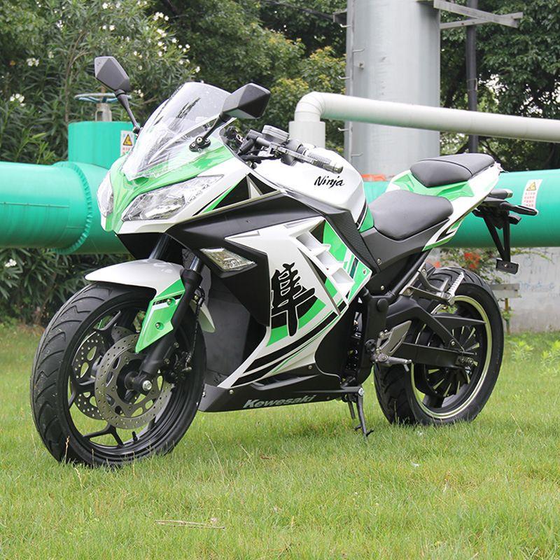 Drei farben große elektrische motorrad erwachsenen im freien