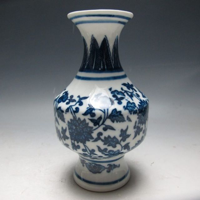 Exquisite Chinese Old Blue and white Porcelain Hand-Painted Vase with Qing Dynasty Qianlong Mark