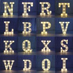 Venta caliente 26 letras blanco LED noche luz letrero alfabeto lámpara para la fiesta de cumpleaños de la boda dormitorio pared colgante Decoración