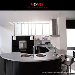 High gloss black встроенная кухня и шкафы с элегантной изогнутой River Island и столешницы