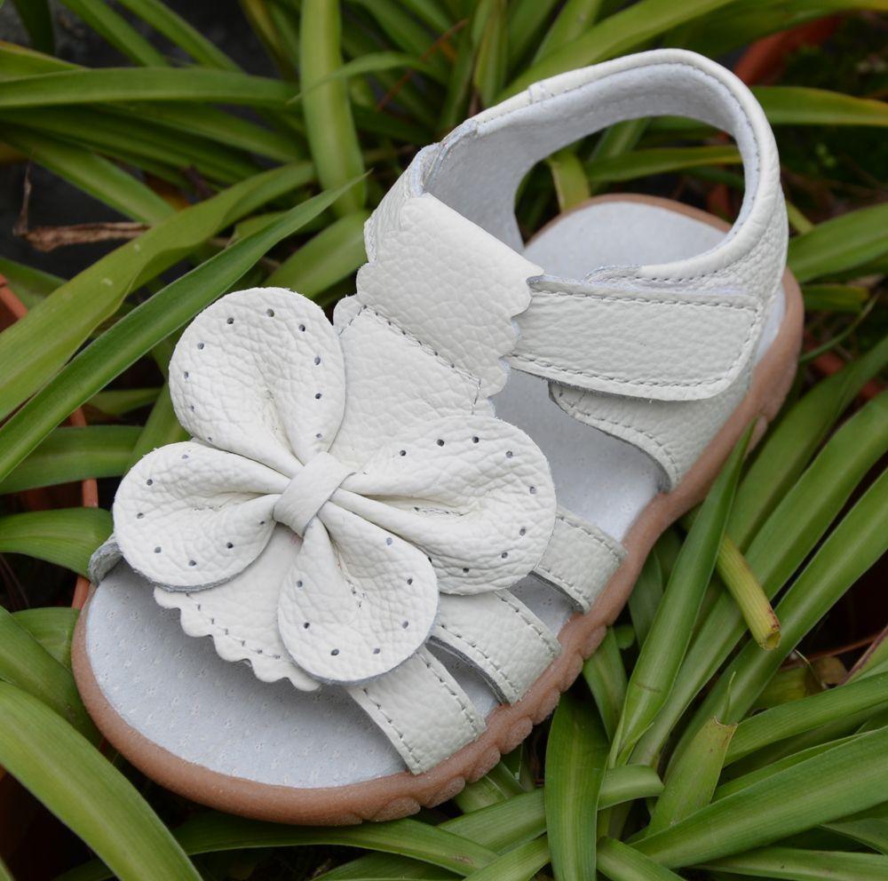 2017 nuevas sandalias de las muchachas del cuero genuino blanco zapatos del caminante del verano con la mariposa suela antideslizante Niño de los cabritos 12.3-18.3 plantilla