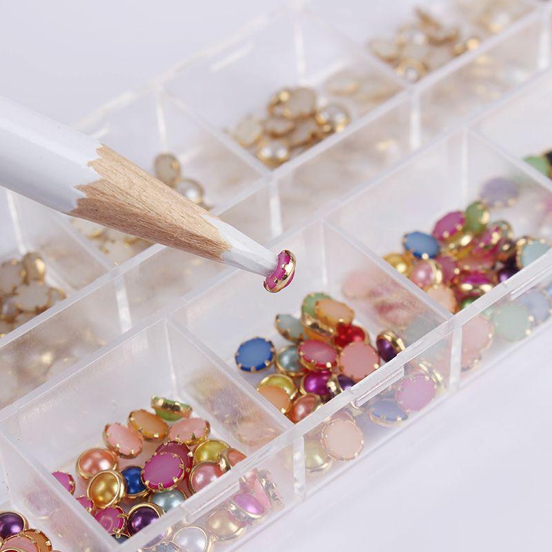 1 Box 4mm Bunte Weiß Perlen Strass 3D Nagel Nagelkunstdekorationen 12 Grids Rechteckigen Kasten Mit Punktierung Stift werkzeug